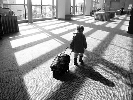 Enfant tirant une valise - Noir et blanc